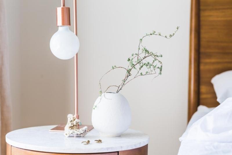 chambre minimaliste, lampe et vase sur chevet, slow décoration, slow life, slow living, slow home, décoration écologique, naturelle, durable, écoresponsable