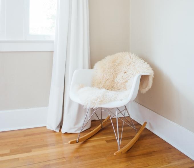 fauteuil détente, diy, lampe sur chevet fait maison dans chambre minimaliste, slow décoration, slow life, slow living, slow home, décoration écologique, naturelle, durable, écoresponsable