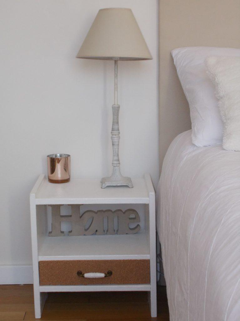 diy, lampe sur chevet fait maison dans chambre minimaliste, slow décoration, slow life, slow living, slow home, décoration écologique, naturelle, durable, écoresponsable