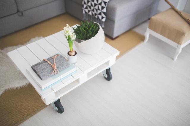 upcycling pour table basse blanche avec palette, diy, slow décoration, slow life, slow living, slow home, décoration écologique, naturelle, durable, écoresponsable