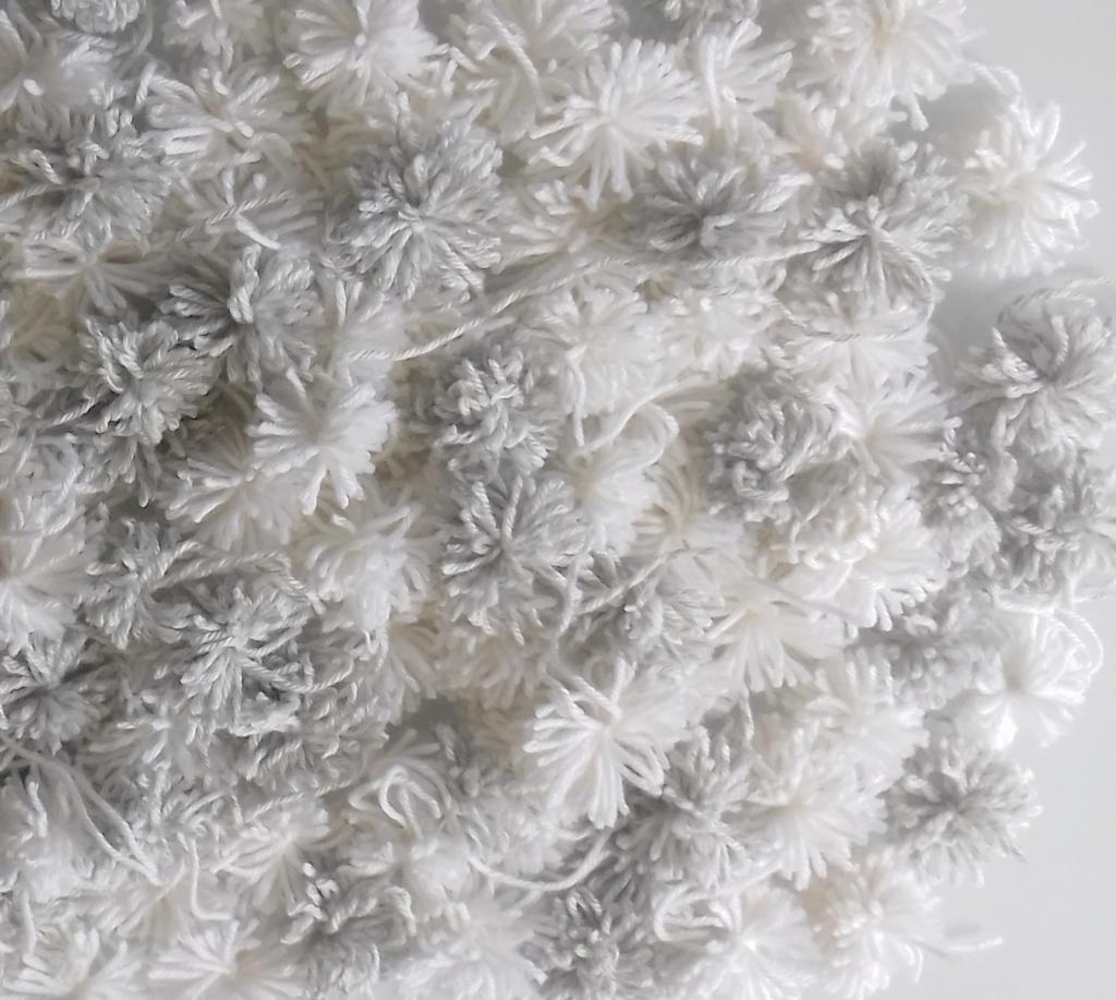 Tapis fait main, DIY : les pompons en laine pour fabriquer la descente de lit pure laine, deco naturelle,slow décoration
