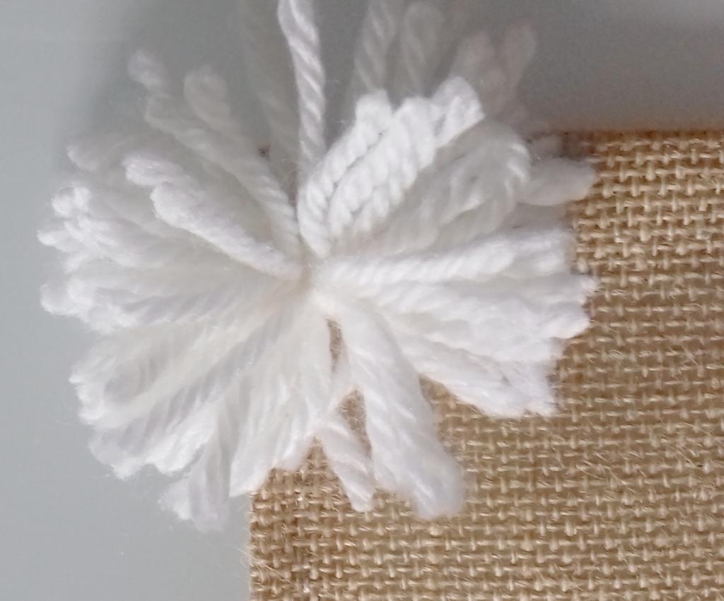 DIY, fait main : assembler avec un crochet le pompon pure laine sur la toile de jute, déco naturelle, slow déco