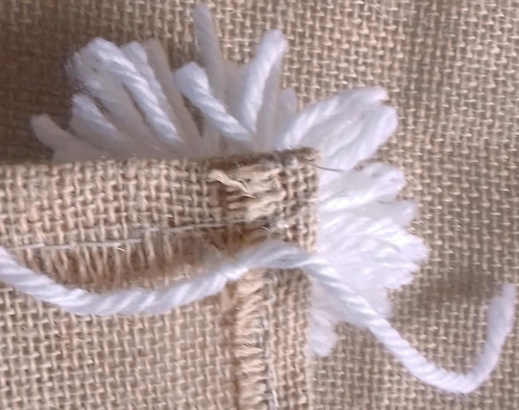 DIY, fait main : assembler avec un crochet le pompon en laine sur la toile de jute, slow home, deco écologique, slow-deco