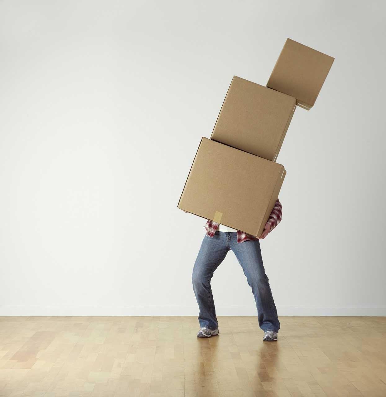 désencombrer sa maison, homme portant des cartons empilés, trier, deco minimaliste, slow design, slow deco