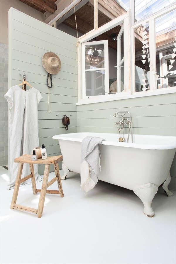 petit tabouret en bois dans la salle de bain