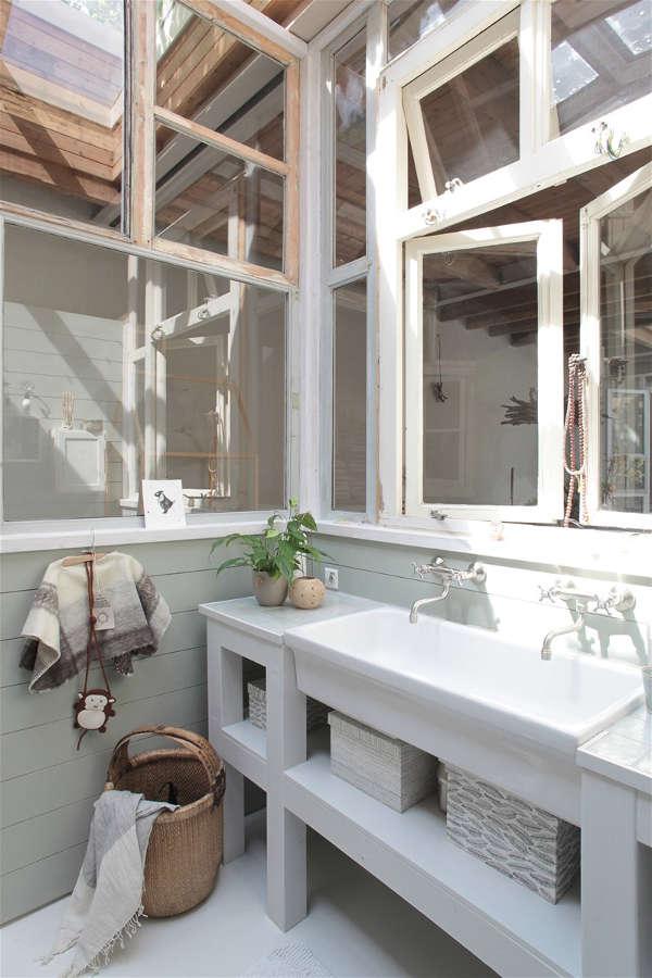 salle de bain entourée de baies vitrées