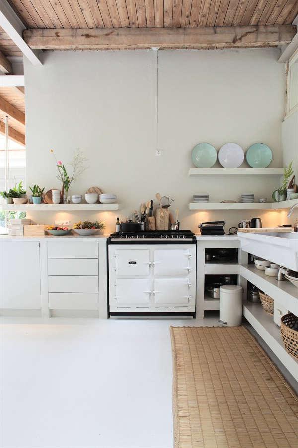 cuisine minimaliste aux couleurs claires, vaisselle pastel