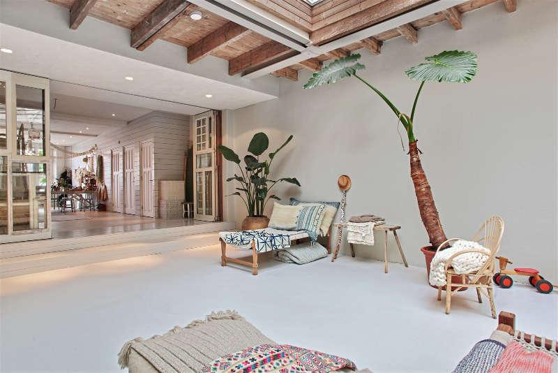 minimalisme et puits de lumière pour cette pièce à vivre