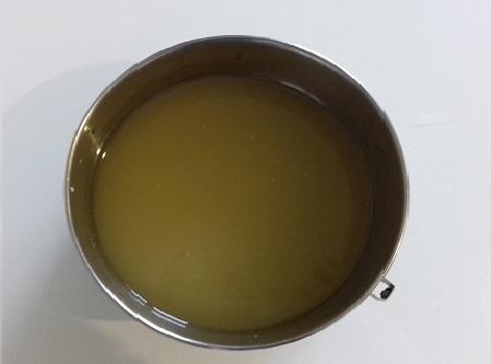 Cire de soja fondue dans une casserole au bain marie pour fabriquer des bougies fait maison à la cire végétale