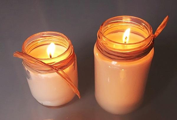 Bougies fait maison écologiques à la cire de soja allumées pour illuminer vos repas de fête, mariages, réveillons de Noël ou de Nouvel An, idée cadeau