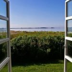 Fenêtres grand ouvertes pour aérer sa maison en slowdécoration et éviter la pollution intérieure