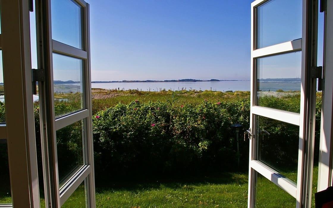 Fenêtres ouvertes pour aérer régulièrement sa maison, améliorer la qualité de l'air et éviter la pollution intérieure, décoration écologique, durable, éco-responsable, deco nature