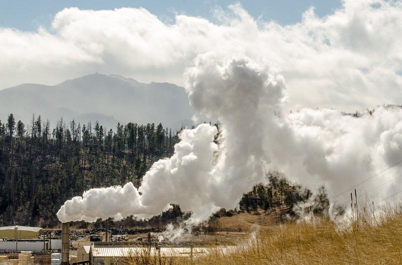 Fumées polluant l'air. Sources extérieures de pollution intérieure dans les maisons.