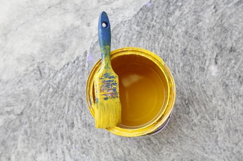 Peinture et pinceau pour rénovation, aérer pour diminuer la pollution intérieure et améliorer la qualité de l'air de nos maisons