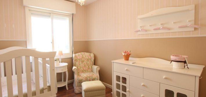 Chambre de bébé saine, apaisante, sûre et écologique, avec un fauteuil confortable, un lit à barreau et un plan à langer, meubles éco-responsables et matières naturelles, non toxiques, sans COV