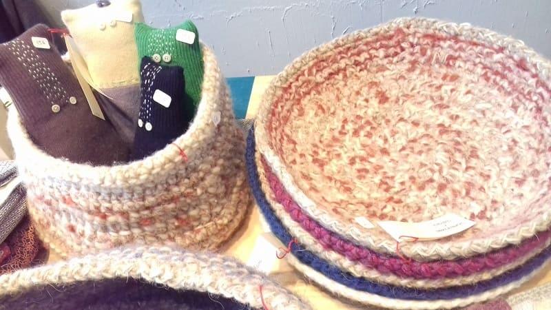 Corbeilles fait main tricotées avec des fins de pelotes de laines, récupération pour des cadeaux éthiques et solidaires, une décoration écologique, minimaliste et durable, la slow déco