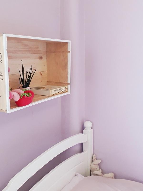 Caisse à vin en bois brut upcyclé, DIY, chevet suspendu en pin brut dans chambre d'enfant, déco intérieure, déco écoresponsable