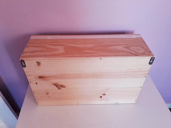 Fixer des suspensions de meuble à l 'arrière d'une caisse à vin en bois upcyclés, DIY, chevet suspendu en pin brut, déco écologique, déco ecoresponsable