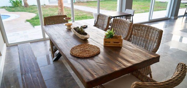 Table bois brut dans salle à manger avec baie vitrée sur jardin, finition meuble huilée, déco nature, déco écologique, slow déco, salle à manger, baies vitrées sur jardin