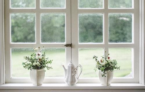 Vitres à carreaux blancs, vases porcelaine blanche, fleurs, deco écologique, deco naturelle, slow design, slow deco